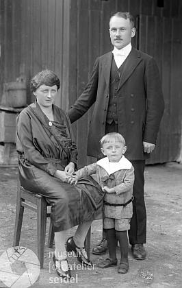 Tady stojí tříletý s rodiči na snímku českokrumlovského fotoateliéru Seidel s datem 14. září roku 1924