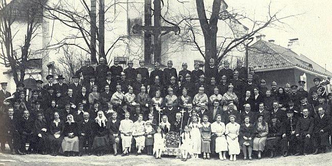 Zlatá svatba manželů Scherbových a zlaté čepce žen na snímku z třicátých let minulého století před kostelem Narození Panny Marie svědčí o přímo měšťanském sebevědomí někdejších Cetvinských