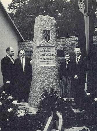 Stojí tu druhý zleva u Hartauerova památníku ve Freistadtu vedle Wernera Lehnera, který se tolik zasloužil o obnovu božích muk na Vyšebrodsku