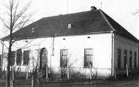 Tady v Deskách začal chodit do obecné školy, otevřené v září roku 1913 ještě před první světovou válkou