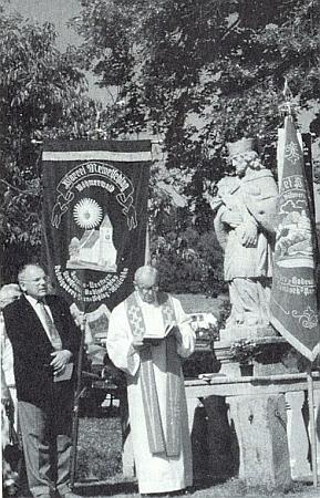 Malontský farář Jan Toupalík promlouvá v roce 1993 při vysvěcení sochy sv. Jana Nepomuckého, Alois Harasko stojí vedle něho tady ve svých rodných Deskách s textem vlastního proslovu v rukou