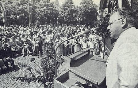 """Tady hovoří jako """"pověřenec domovského okresu"""" k více než tisíci účastníků kaplického krajanského setkání v patronátním městě Ellwangen v roce 1987"""