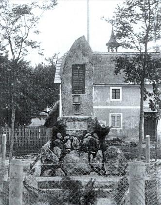 Památník padlých v rodné vsi Desky