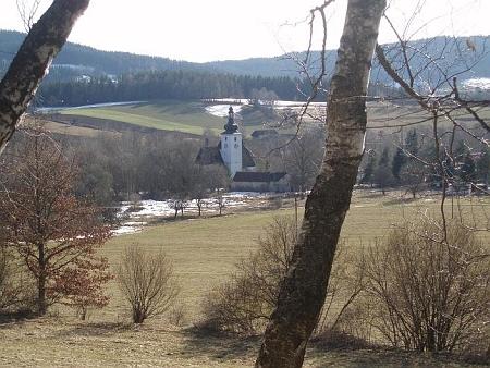 Cetvinský kostel při pohledu z vrchu s kaplí sv. Šebestiána