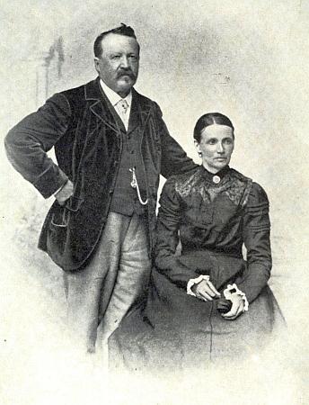 Předchozí často publikovaný portrét je výřezem z této fotografie, naníž je zachycen se svou sestrou