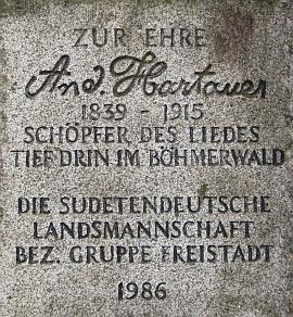 """Jeho památník u """"České brány"""" (Böhmtor) vrakouském Freistadtu nese v kameni i znak sudetoněmeckých krajanů"""