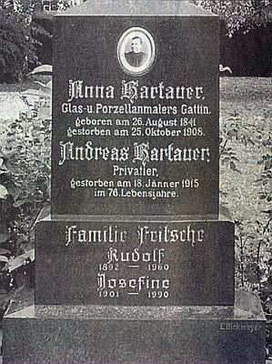 """Detail náhrobku, na němž je označen jako """"soukromník"""", s datem úmrtí"""