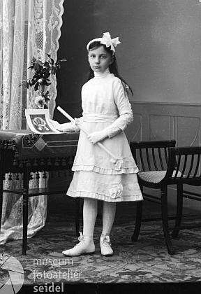 Dcera vrchního inženýra von Hartenthala na Seidelově snímku, datovaném 4. května roku 1911, je tu zachycena v den svého prvního svatého přijímání