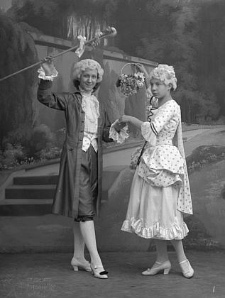 """Na tomto snímku, datovaném 8. ledna 1917, figurují slečny """"Havel und von Hartenthal"""" v divadelních kostýmech"""