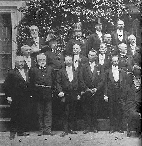 Na společné fotografii schwarzenberských úředníků je označen na hrudi číslem 15 (číslo 30 má ústřední ředitel schwarzenberských  archivů Anton Mörath)