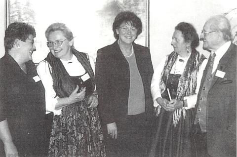 Při 16. Bavorském národním sněmování v Deggendorfu je tu zachycena druhá zleva na snímku se zcela napravo tu také stojícím Franzem Kuchlerem