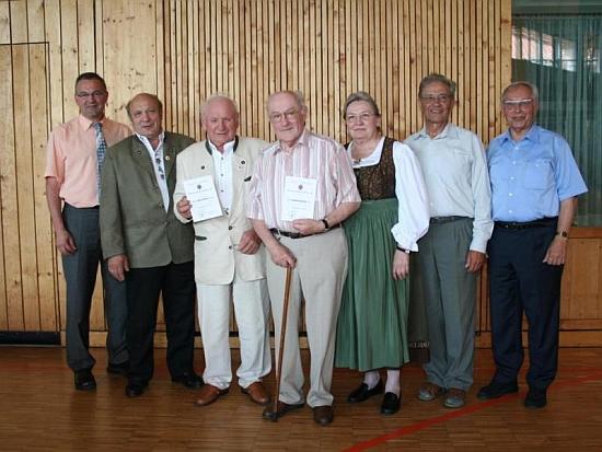 V červnu 2006 ji vidíme necelých deset let před smrtí v šumavském kroji s Helmutem Woldrichem (prvý zprava), Raimundem Kelnbergerem (čtvrtý zprava vedle ní) a Rudolfem Paulikem (druhý zleva) při ocenění kaltenbašských krajanů patronátním bavorským městysem Röhrnbach