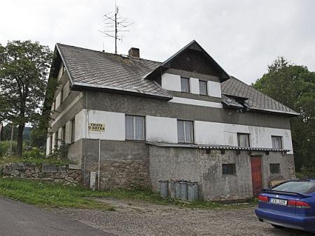 """Nynější """"Chata U Krtka"""" na Starých Hutích, někdejší její rodný důmu čp. 25, ve své starší podobě, snad bližší té původní - po následné rekonstrukci došlo ke změně vzhledu"""
