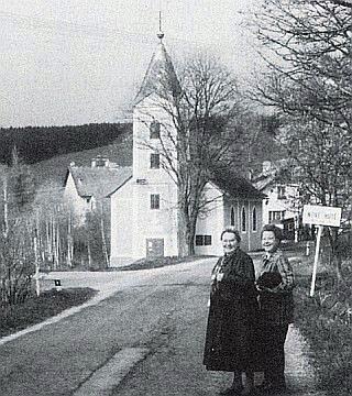 Po letech v rodné obci (vlevo)