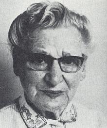 """Její maminka Olga Sagerová, roz. Pipeková, se narodila veVídni roku 1898 a zemřela v Pasově 6. ledna 1988 - veStarých Hutích vedla hostinec """"Zum Leckerberg"""" (dnes by se řeklo """"Pod horou Přilba"""")"""