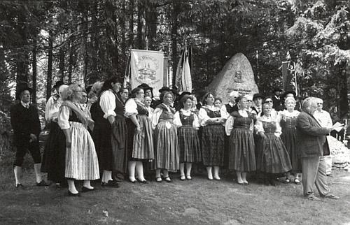 Za ním stojí na této fotografii u památníku v Mauthu sbor sdružení Deutscher Böhmerwaldbund z bádensko-württemberského města Nürtingen