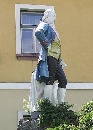 """Pomníky Josefa II. byly většinou takříkajíc """"sériové výroby"""", někde si je však navíc """"vymalovali"""", jako tady vseveročeských Kunraticích (Kunnersdorf) u Cvikova (Zwickau), kde se po dlouhém čase vrátil na své místo"""
