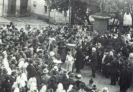 Snímek z odhalení pomníku Josefa II. ve Frymburku dne 14. srpna 1904