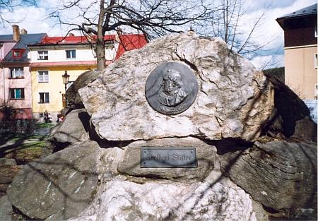 Dnes nacházíme frymburský Stifterův reliéf na bývalém zdejším pomníku zakladatele turnerského tělocvičného hnutí Jahna - to asi, že kámen mluvit neumí