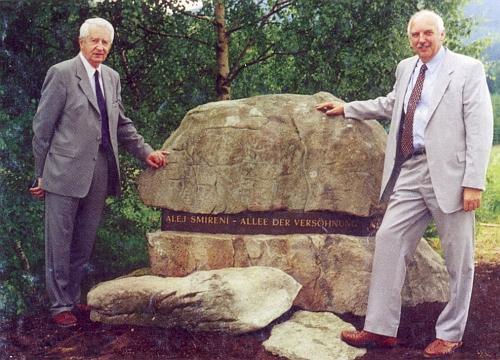 Při pamětním kameni u Aleje smíření na místě někdejší Huti pod Boubínem (Tafelhütte) v roce 2002 se zástupcem jihočeského hejtmana Karlem Vachtou