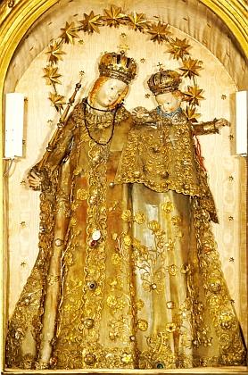 Vimperská madona z kostela Navštívení Panny Marie bez druhotných doplňků a s nimi i s Jezulátkem kryta kovovým rouchem