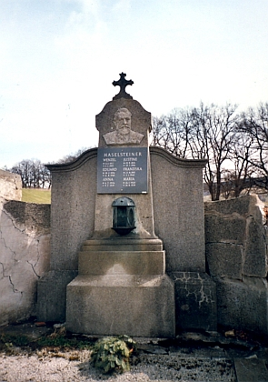 Hrob Wenzela Haselsteinera na volarském hřbitově
