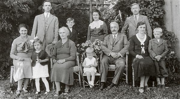 Snímek z roku 1936, pořízený na zahradě domu čp. 23 ve Volarech, zachycuje ji sedící třetí zleva, vedle ní vkřesílku vidíme malého Franze Karla Waltera