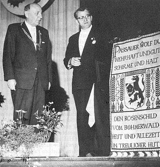 V roce 1961 při převzetí patronátu města Pasov nad vyhnanými Šumavany (vpravo)
