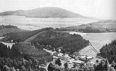 Chlum s Blochovou továrnou na Pstružném potoce, jejíž bývalí majitelé žijí dnes ve Velké Británii