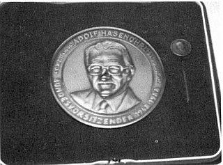 Medaile Adolfa Hasenöhrla, udělovaná obnoveným Böhmerwaldbundem, jehož byl čestným přesedou