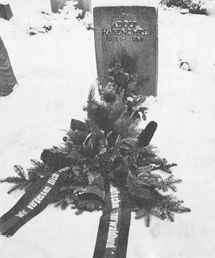 Zasněžený hrob s věncem od Böhmerwaldbundu, jehož byl dlouhodobým předsedou