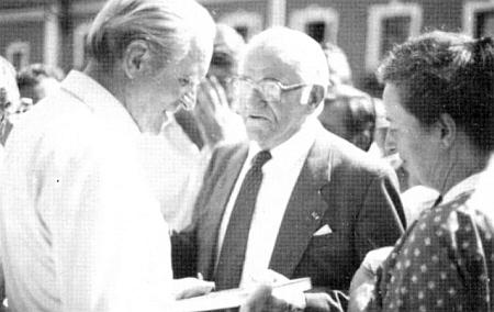 """Tady předává německému spolkovému prezidentu Carstensovi v roce 1983 knihu """"Der Böhmerwald"""" od Ericha Hanse"""