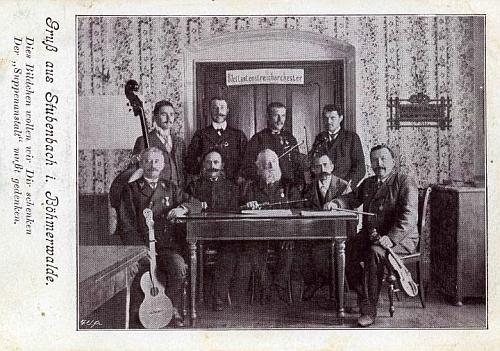 Šumavští muzikanti na pohlednici z Prášil