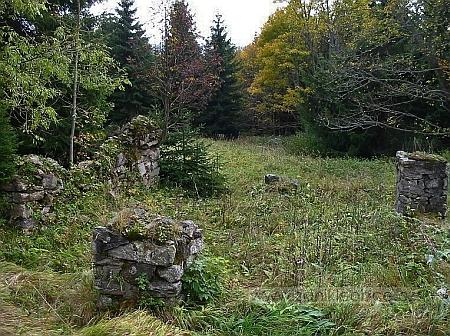 Zaniklá Horní Ždánidla dnes připomínají jen ruiny domů a informační tabule