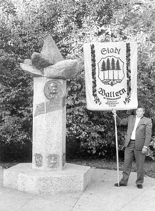 Volarská korouhev při vysvěcení Stifterova památníku na Šumavském náměstí (Böhmerwaldplatz) v Mnichově dne 22. října roku 1989