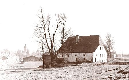 Starý mlýn u Volar s městem v pozadí