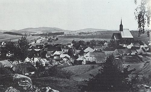 Celkový pohled na někdejší Dolní Dvořiště dokládá výraznou polohu kostela sv. Jiljí