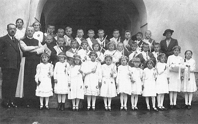 Tady je učitelka Theresie Haunová zachycena s dětmi z Dolního Dvořiště, ředitelem školy Weranim a páterem Severinem Gottsmichem o prvním svatém přijímání školáků na Bílou sobotu 1939