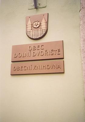 Obecní knihovna nese při vchodu znak městečka, kde se narodila ona i Hans Watzlik