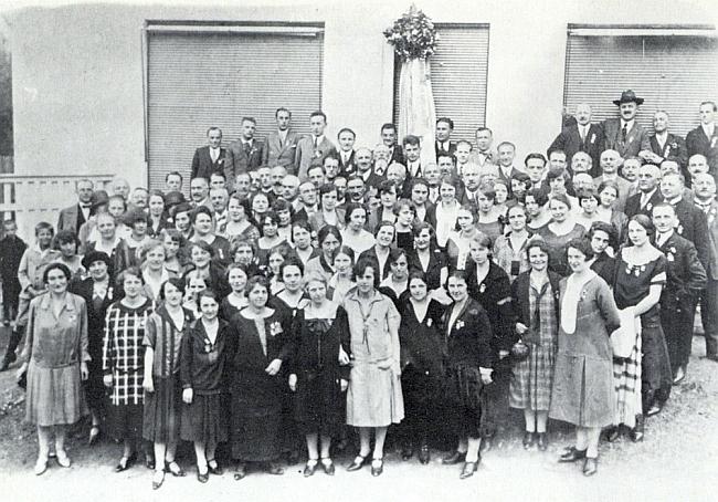 Skupinový snímek členek a členů českobudějovického sdružení Deutsche Liedertafel