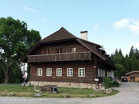 """Dnešní podoba """"Chaty Rovina na Šumavě"""", zbudované na místě někdejšího hostince """"U Vintířových skal"""""""