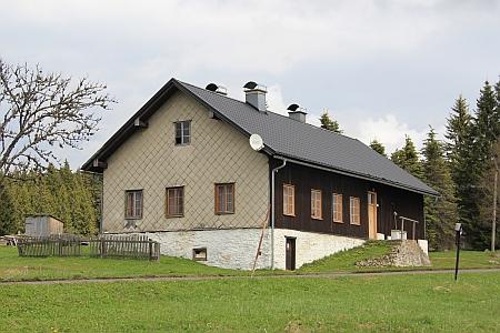 Budova bývalé školy ve Filipově Huti, kterou také navštěvoval, nasnímku z roku 2017