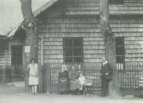 V Prášilech chodil do obecné školy, tady zachycené na snímku z třicátých let dvacátého století i s panem řídícím Hofmannem a jeho rodinou