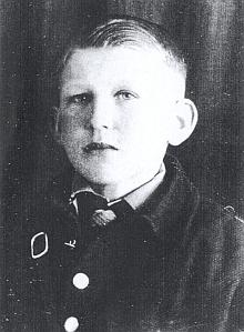 V 10 letech v uniformě Německé mládeže, odkud vedla ve 14 letech cesta jen do Hitlerjugend