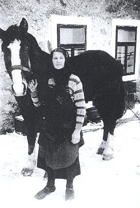 Maminka Theresia s koněm před hospodou vrodných Krásných Polích