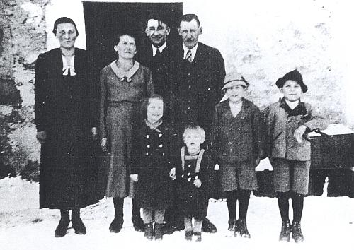 Rodina Hehenbergerova: matka druhá zleva, otec čtvrtý zleva a před nimi děti, odleva Angela, Robert, Hubert a Ernst na snímku z roku 1940
