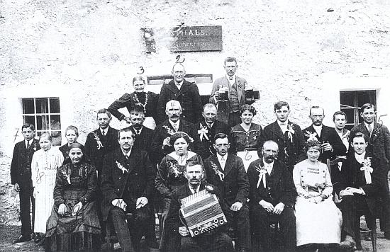 Svatba před hostincem Hehenbergerových v Krásných Polích, zachycená tu roku 1919