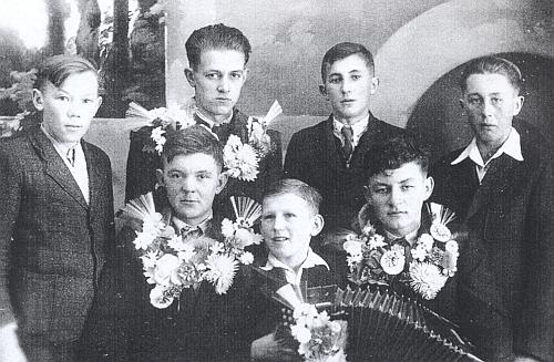 Na snímku z posledních odvodů v Kapličkách roku 1944 je on ten čtrnáctiletý chlapec s harmonikou