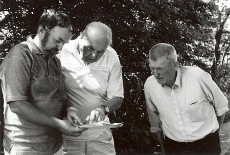 S Janem Marešem a Antonínem Nikendeyem při pátrání po božích mukách v příhraničí u Guglwaldu roku 1998