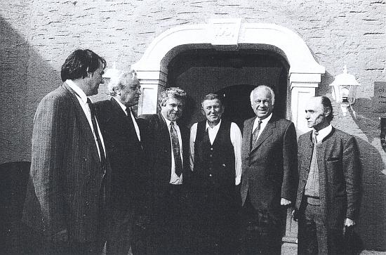V květnu 1992 se nechal takto zachytit s premiérem Pithartem a zemským hejtmanem Ratzenböckem při vstupu do Guglwaldhofu